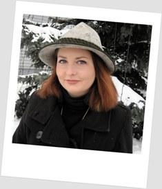 dc5b815884 W czerwonej sukience zimą – w towarzystwie czerni i szarego filcu ...