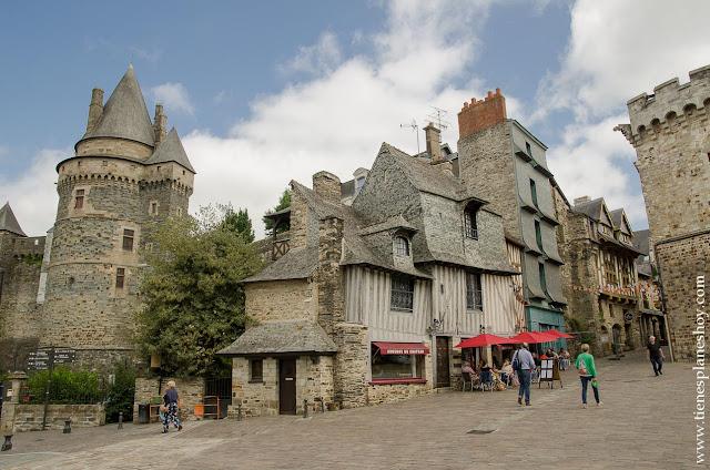 Castillo Vitré pueblo medieval bonito viaje Bretaña francesa Normandia