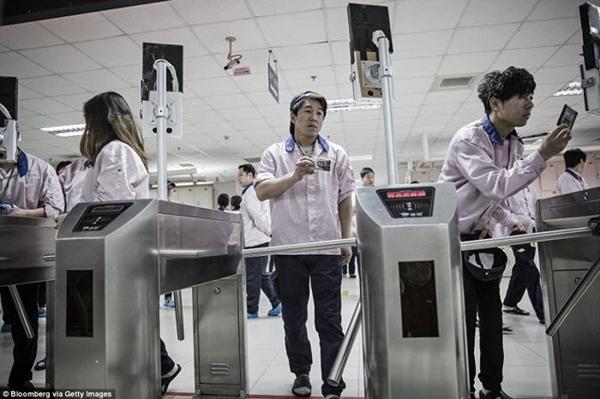 ـ صور من داخل المصنع السري لتجميع الآيفون في الصين ، ولماذا حرصت آبل على نشرها ؟ 1474911419_11.png