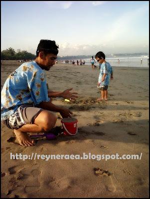 bermain pasir di pantai kuta Bali