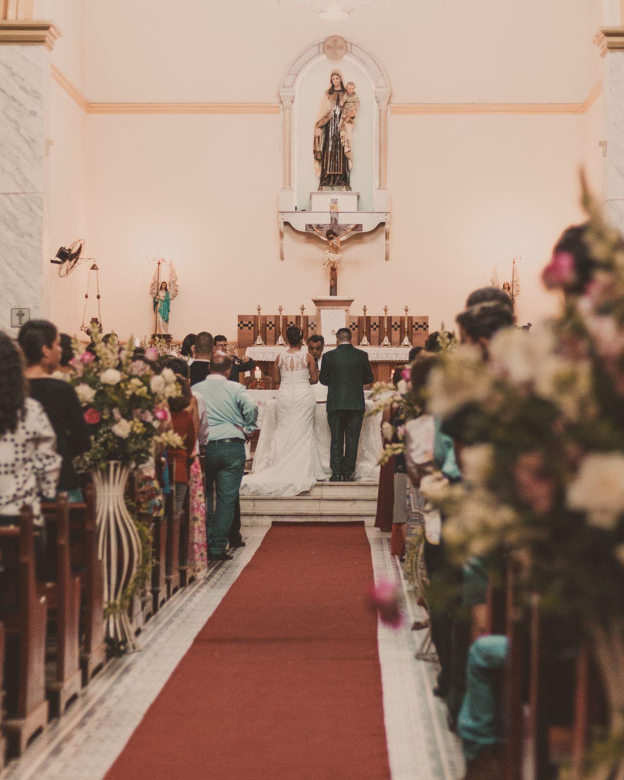 noivos de costas no altar