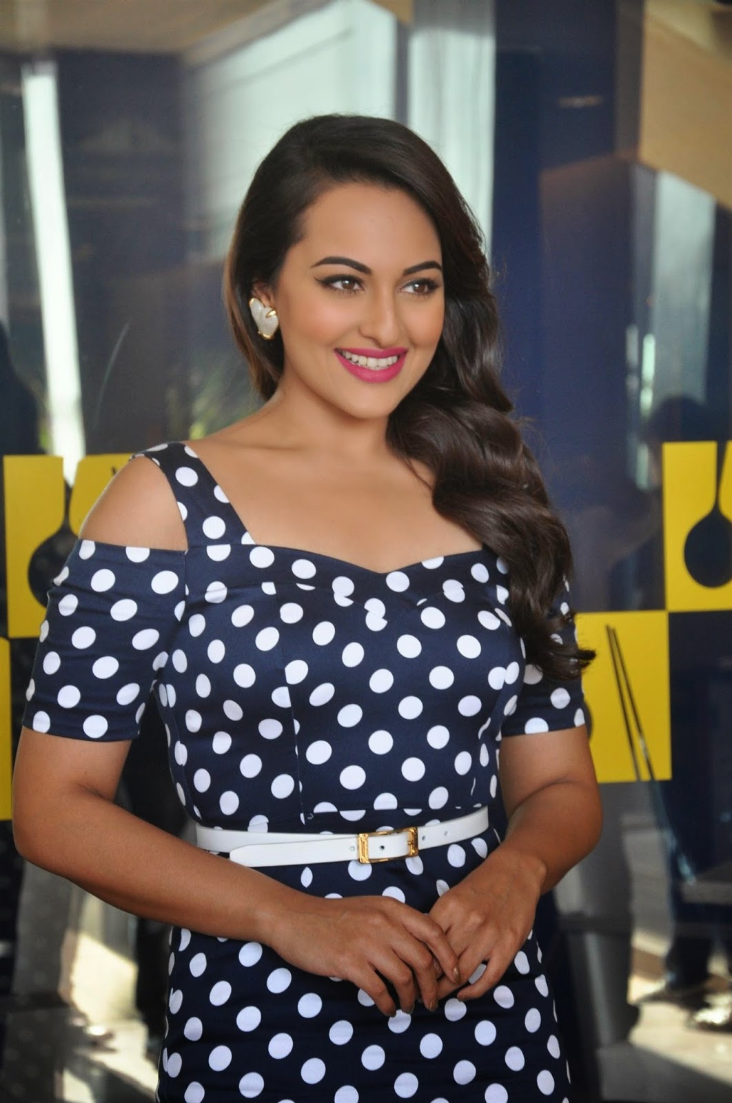 Sonakshi Sinha Big Teeth Show Photos