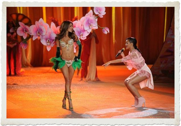 Rihanna si esibisce al Victoria's Secret Fashion Show 2012