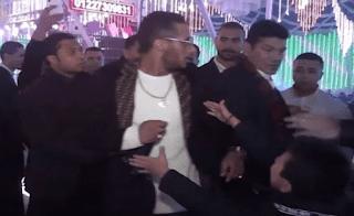 بالفيديو :شاهد باسم سمرة يدفع محمد رمضان أثناء غنائه