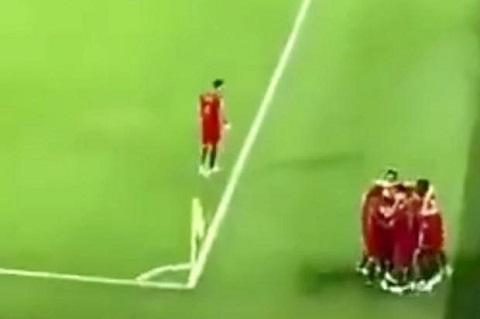 Một cầu thủ Bồ Đào Nha không ăn mừng bàn thắng của Ronaldo