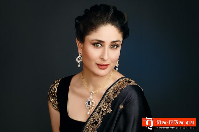 আগামী শুক্রবার মুক্তি পাবে বিশাল ভরদ্বাজের ছবি 'রেঙ্গুন'। এখানে অভিনয় করেছেন সাইফ আলী খান, শহিদ কাপুর ও কঙ্গনা রনৌত। সম্প্রতি ছবিটির বিশেষ একটি প্রদর্শনীতে হাজির হয়েছিলেন কারিনা কাপুর খান (Karina Kapoor Khan) । এই ছবিতে তাঁর সাবেক প্রেমিক শহিদ ও স্বামী সাইফ দুজনই আছেন। তাই ছবি দেখার পর কারিনার প্রতিক্রিয়া জানার জন্য অনেকেই মুখিয়ে ছিলেন।