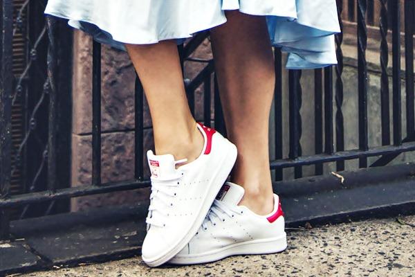 Vestido e tenis da adidas branco