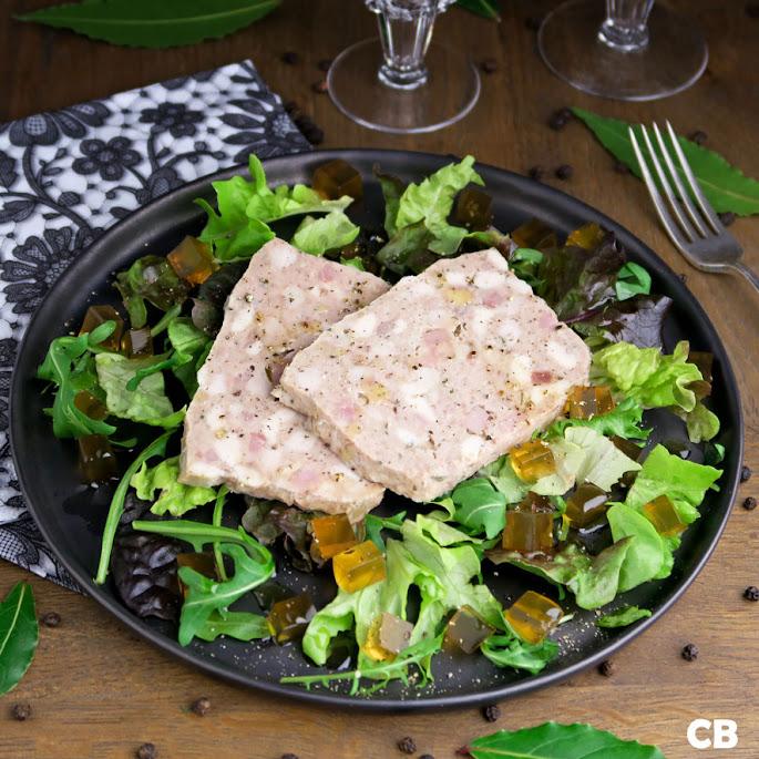 Salade van Franse terrine van kalfsvlees, kip en ham