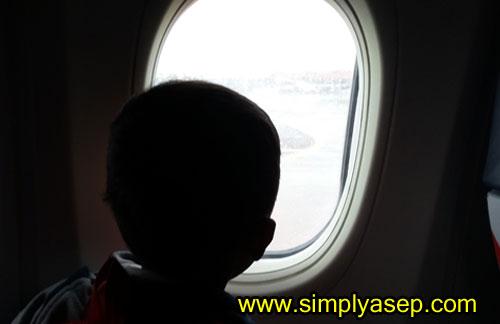 JENDELA :   Anak saya suka seat yang dekat jendela, saya pun demikian, Seru aja kalau dekat jendela. Foto Asep Haryono