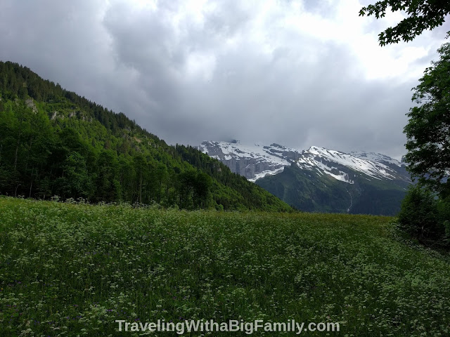 Hiking with small children in Engelberg to a Swiss restaurant