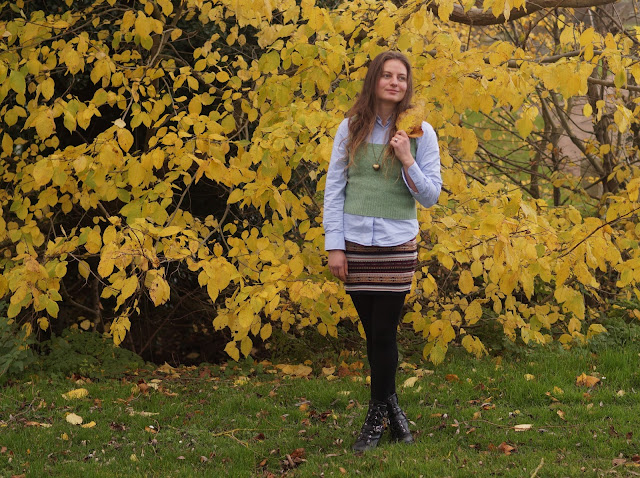 Wearing a shirt and skirt together in autumn