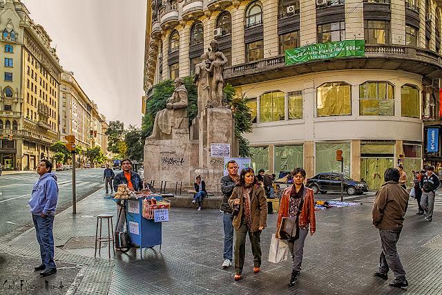 Gente paseando en Florida y Diagonal Note,Buenos Aires, Argentina.
