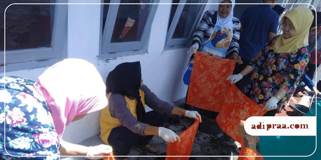 Ibu-Ibu PKK RT. 08 Minomartani asik mencelup warna batik dengan napthol | adipraa.com