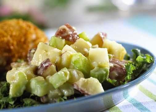 preparare reteta salata de cartofi cu telina si porumb cu sos de otet balsamic