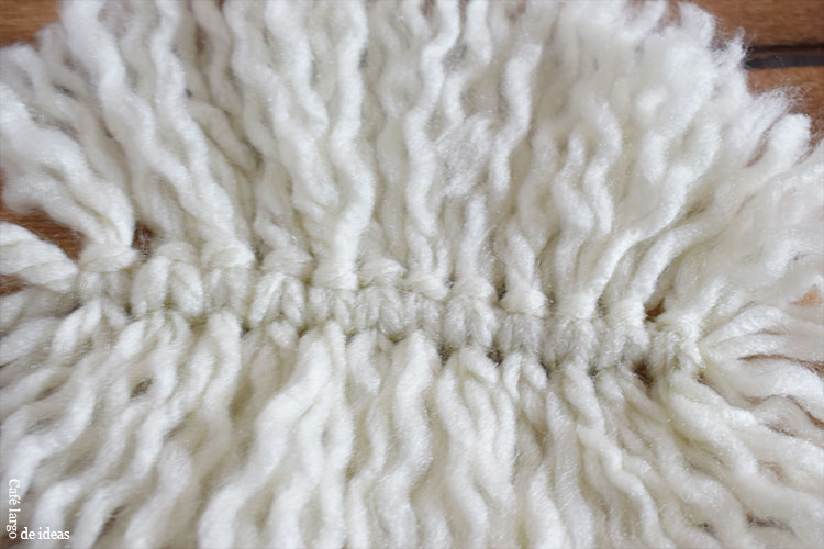 Cojín con pluma de macramé de lana | Café largo de ideas ...