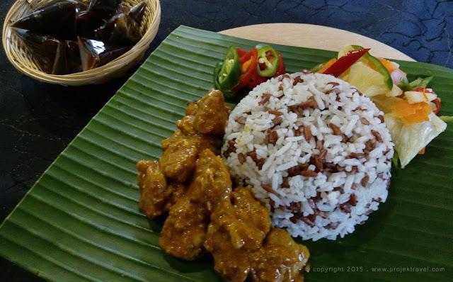 Nasi Dagang dengan Kari Ayam dan dihidangkan bersama Dodol