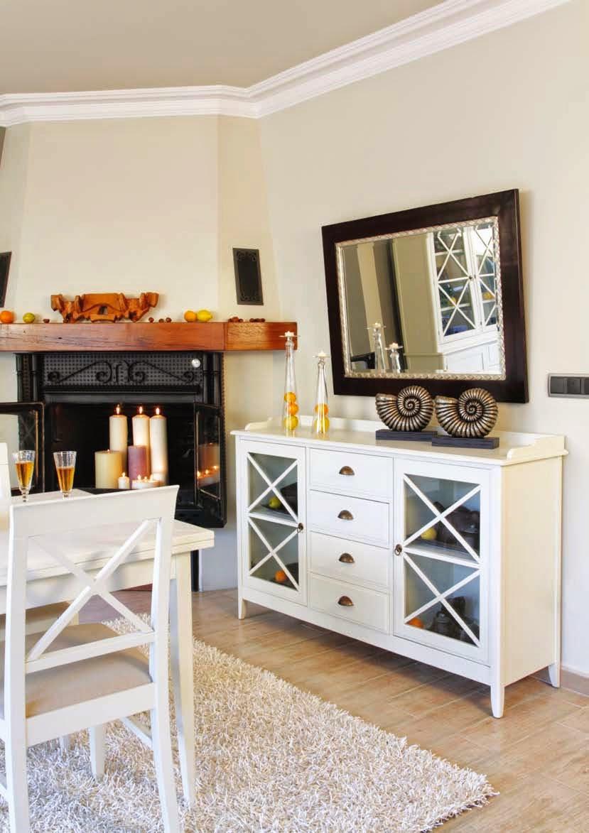 Muebles de comedor un comedor colonial blanco muy luminoso for Muebles de comedor blancos