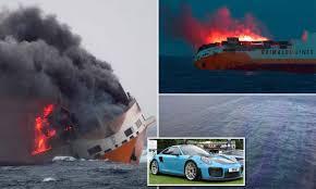 """غرق سفينة شحن إيطالية ..تحمل 2000 سيارة فاخرة في """"بحر الظلمات"""""""