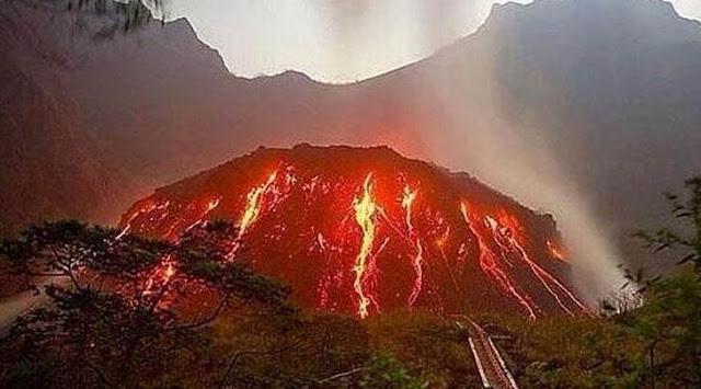 Gunung kelud merupakan gunung berapi di Indonesia yang pernah meletus