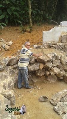 Bizzarri fazendo uma cascata de pedra em um lago de carpas com pedras ornamentais tipo pedra moledo. 30 de março de 2017.