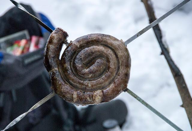ковбаса смажена на багатті