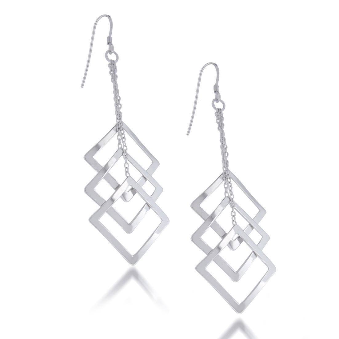 cf69cb3efe51 Preciosos aretes compuestos de tres cuadrados de plata unidos al gancho con  delicadas cadenillas de plata de largos diferentes para conseguir un look  ...