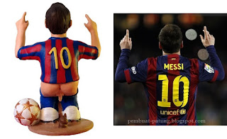 gambar Patung pemain Barcelona sedang BAB