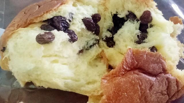 tekstur dan sobekan roti bluder cokro isi kismis