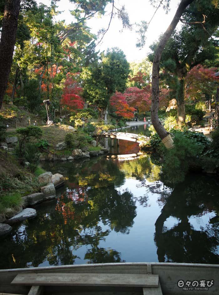 Reflets de végétation dans l'étang de Takuei, jardin shukkei-en, Hiroshima-shi