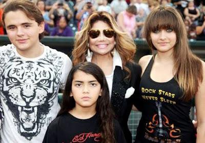 Foto de los hijos de Michael Jackson posando con su tía