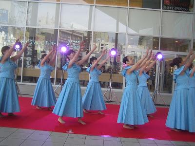 水色の衣装のフラダンス