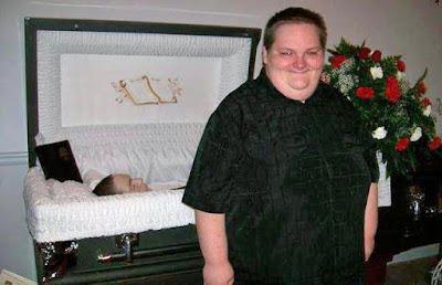 Lustige Bilder über den Tod - Mann bei Beerdigung