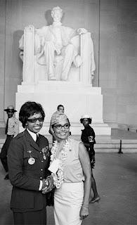 Joséphine Baker, fotografiándose delante de la estatua del presidente Lincoln.