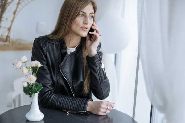 mulher séria falando ao telefone