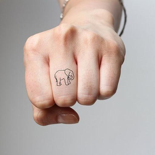 Simplista, de uma interpretação de um elefante é retratado o utente dedo médio em tinta preta.