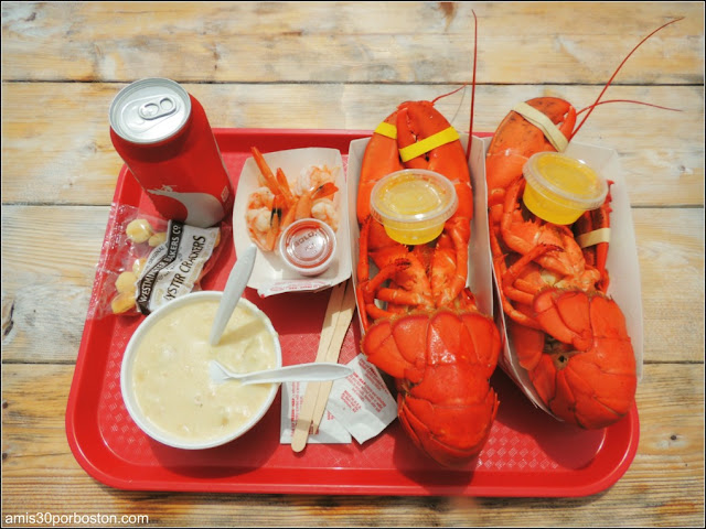 Lobster Shacks en Massachusetts:Bandeja con Langosta & Clam Chowder en el Roy Moore Lobster Company