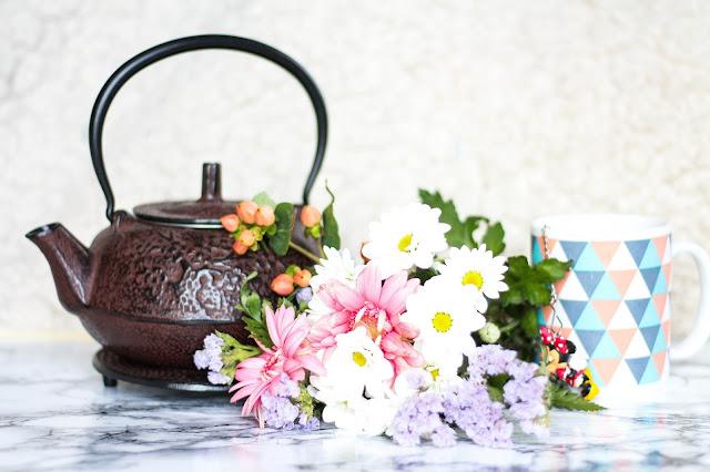 Bouquet de fleurs et théière de chine