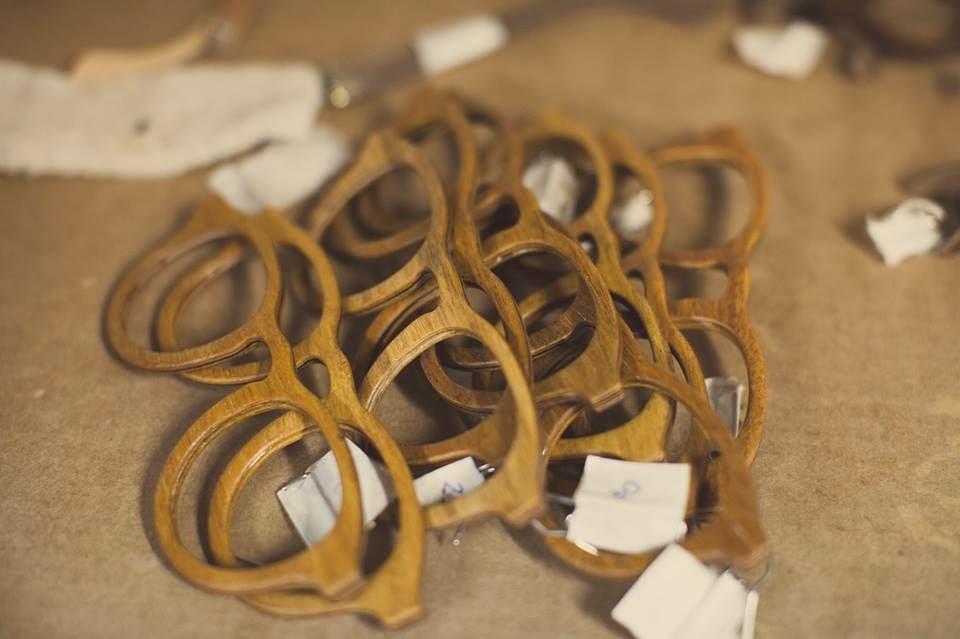 9f2641492 ... do Rio de Janeiro (PUC- Rio), o grupo de amigos formados em Design de  Produto teve a ideia de formar uma fábrica de óculos de madeira chamada  Zerezes.
