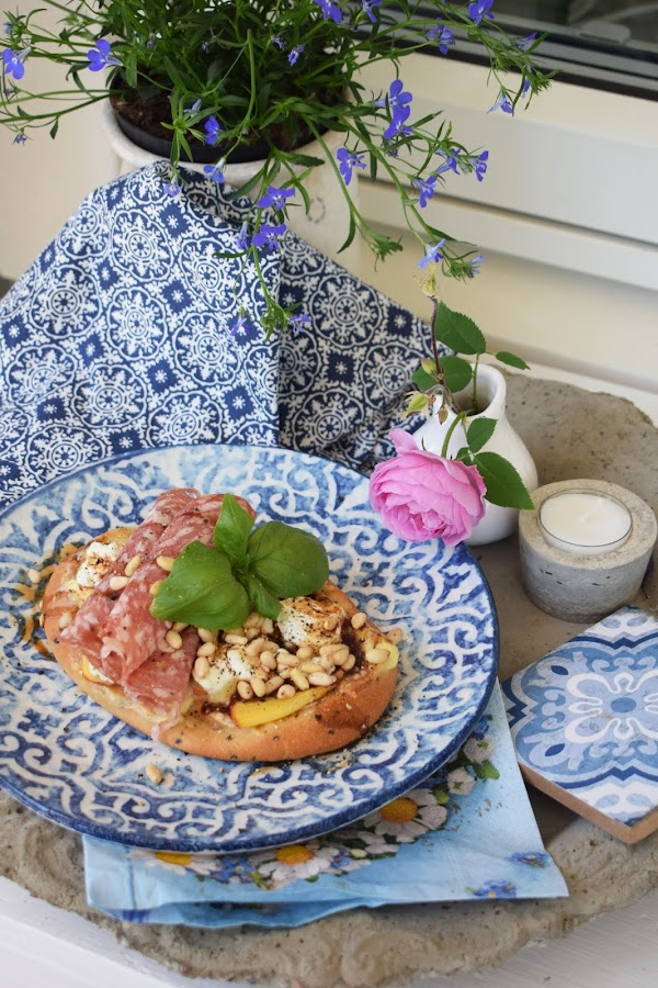 Pizza på naanbröd med getost, nektarin och salami