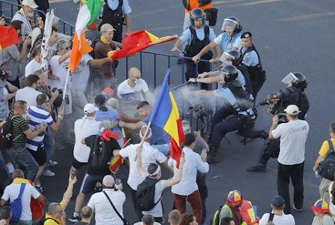 Százezres kormányellenes tüntetés Romániában, több mint 220 sérült van