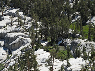 Nackter Granit und grüne Wiesen, dazu ein Wasserfall