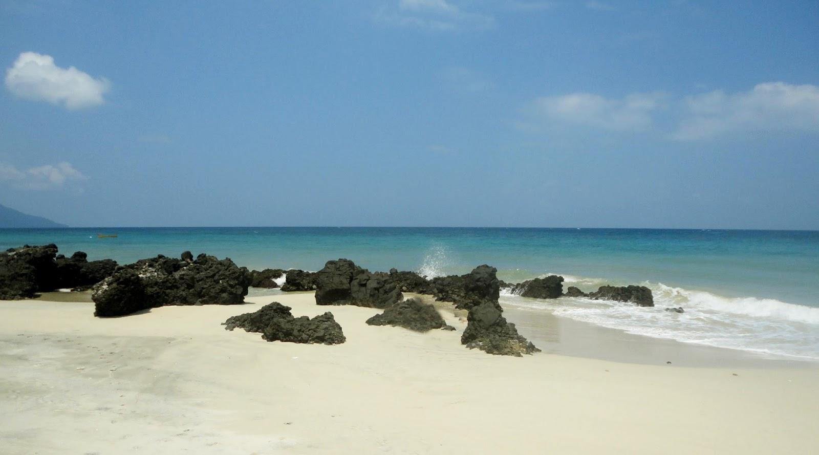 Pantai Kasih wisata indah dengan langit biru dan manis