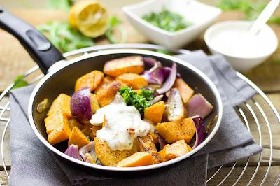 Süßkartoffel-Gröstl mit Rhabarber-Joghurt und Rucola-Gremolata