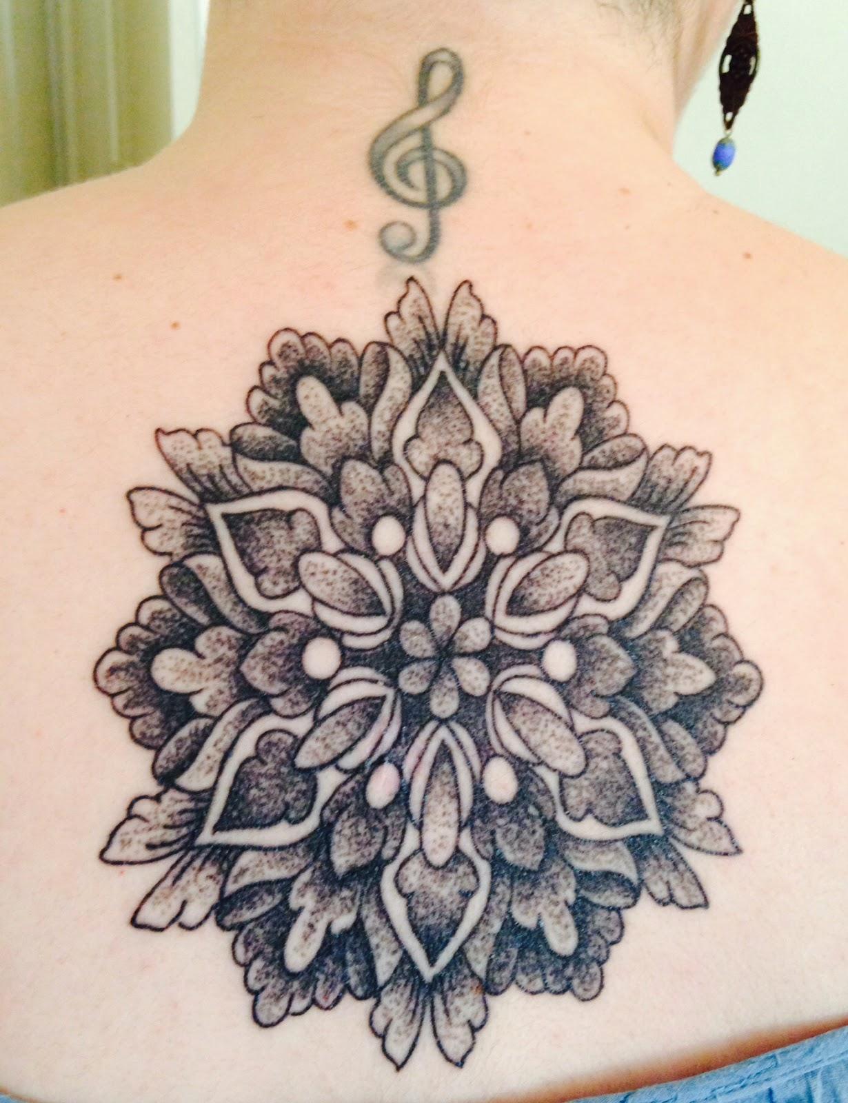 tatouage rose des vents type mandala