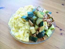 veganes gebratenes zucchini-gemüse mit tofu und cremiger Polenta - Hauptspeise