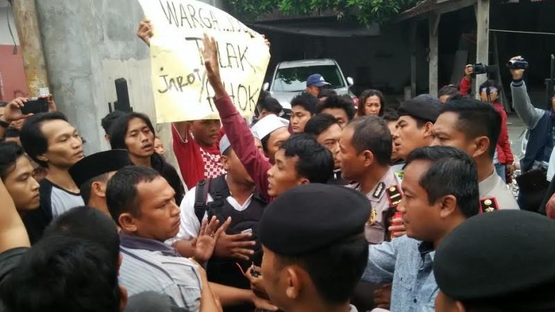 Sekelompok orang menghadang Djarot Saiful Hidayat di Kembangan Utara