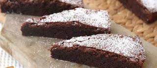 Due fette di torta al cioccolato