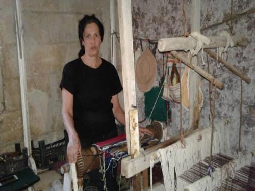 فائزة الصفديمن بلدة القريا بالسويداء النول التراثي مشروعها القديم الحديث
