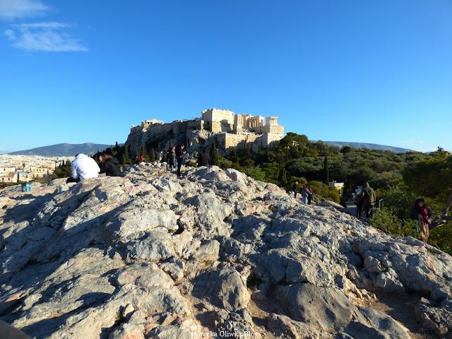 skaliste wzgórze Areopag z którego widać Akropol , błękitne greckie niebo Ateny Grecja