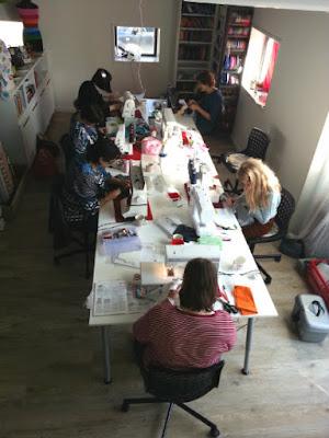 Druk aan het naaien in atelier MaMarieke
